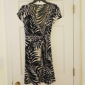 EUC.V-neck Faux Wrap Black & White Patterned Dress